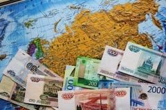 Τα ρωσικά τραπεζογραμμάτια είναι ένας ανεμιστήρας στο χάρτη Έννοια επιχειρήσεων και πολιτικής Ρωσική Ομοσπονδία στοκ εικόνα με δικαίωμα ελεύθερης χρήσης