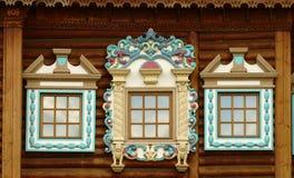 Τα ρωσικά χαρασμένα ξύλινα πλαίσια ωραιοποιούν το εξωτερικό του εφοδιασμένου με ξύλα σπιτιού Στοκ φωτογραφία με δικαίωμα ελεύθερης χρήσης