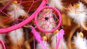 Τα ρόδινα φτερά ενός dreamcatcher που ταλαντεύονται στον αέρα απόθεμα βίντεο