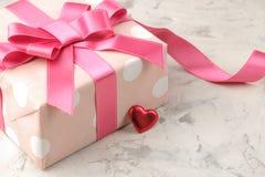 Τα ρόδινες κιβώτια και οι καρδιές δώρων κλείνουν επάνω σε ένα ελαφρύ συγκεκριμένο υπόβαθρο βαλεντίνος ημέρας s στοκ φωτογραφία με δικαίωμα ελεύθερης χρήσης