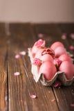 Τα ρόδινα αυγά Πάσχας επάνω το υπόβαθρο Copyspace Ακόμα φωτογραφία ζωής των μερών των ρόδινων αυγών Πάσχας αυγά Πάσχας ανασκόπηση Στοκ Φωτογραφία