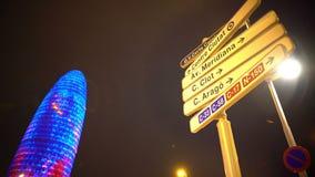 Τα σήματα οδών στη μεγάλη πόλη, φωτισμένο κτίριο γραφείων, εμπορικό κέντρο απόθεμα βίντεο