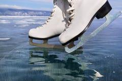 Τα σαλάχια πάγου αριθμού στη διαφανή επιφάνεια πάγου κλείνουν επάνω Έννοια χειμερινού υπαίθρια αθλητισμού baikal λίμνη Στοκ Εικόνες