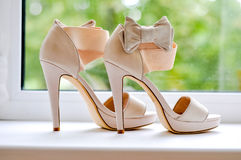 Τα σανδάλια είναι νύφη στο παράθυρο Στοκ εικόνα με δικαίωμα ελεύθερης χρήσης