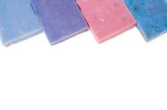 Τα σαπούνια Molticolor χειροποίητα με το οργανικό πετρέλαιο lavender ond άλλο ανθίζουν απομονωμένος στο λευκό Στοκ Εικόνες