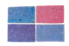 Τα σαπούνια Molticolor χειροποίητα με το οργανικό πετρέλαιο lavender ond άλλο ανθίζουν απομονωμένος στο λευκό Στοκ εικόνες με δικαίωμα ελεύθερης χρήσης