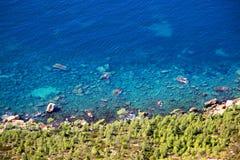 Τα σαφή μπλε νερά Cassis στο γαλλικό Riviera Στοκ Φωτογραφίες