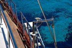 Τα σαφή νερά της Μεσογείου όπως βλέπει από ένα γιοτ Στοκ εικόνα με δικαίωμα ελεύθερης χρήσης