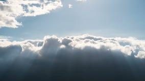 Τα σγουρά σύννεφα κινούνται στον ουρανό Χρονικό σφάλμα απόθεμα βίντεο