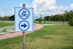 Τα σημάδια λένε τον τρόπο για το ποδήλατο Στοκ Φωτογραφίες