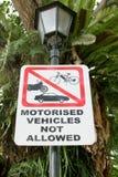 Τα σημάδια κυκλοφορίας απαγορεύουν τα οχήματα χώρων στάθμευσης Στοκ εικόνα με δικαίωμα ελεύθερης χρήσης
