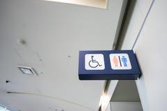 Τα σημάδια λουτρών δείχνουν ότι μια τουαλέτα για τα άτομα με ειδικές ανάγκες Στοκ φωτογραφία με δικαίωμα ελεύθερης χρήσης