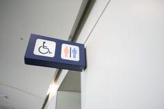 Τα σημάδια λουτρών δείχνουν ότι μια τουαλέτα για τα άτομα με ειδικές ανάγκες Στοκ Εικόνες