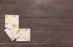 Τα σημειωματάρια με σας ευχαριστούν μήνυμα είναι στο ξύλινο υπόβαθρο Στοκ Εικόνες