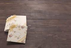 Τα σημειωματάρια με σας ευχαριστούν μήνυμα είναι στο ξύλινο υπόβαθρο Στοκ φωτογραφία με δικαίωμα ελεύθερης χρήσης