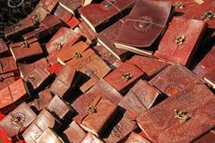 Τα σημειωματάρια με την κάλυψη δέρματος πωλούνται στην αγορά στην Ινδία Αναμνηστικό Ινδία Θιβέτ Bazaar δώρων στοκ εικόνα με δικαίωμα ελεύθερης χρήσης