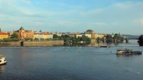 Τα σκάφη αναψυχής επιπλέουν πέρα από τον ποταμό Vltava το ηλιόλουστο βράδυ της Πράγας την άνοιξη απόθεμα βίντεο