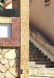 Τα σκαλοπάτια είναι παλαιό frontage σπιτιών οδών πόλεων πετρών απότομο στοκ εικόνες