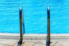 Τα σκαλοπάτια στην υπαίθρια λίμνη Στοκ φωτογραφία με δικαίωμα ελεύθερης χρήσης