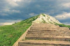 Τα σκαλοπάτια επάνω ο λόφος Στοκ φωτογραφίες με δικαίωμα ελεύθερης χρήσης