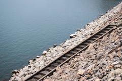 Τα σκαλοπάτια στο φράγμα στον ποταμό Στοκ Εικόνες
