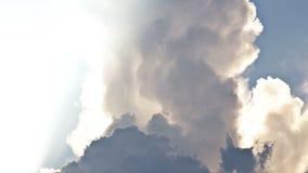 Τα σκοτεινά σύννεφα και godrays μετασχηματίζουν και κινούνται πέρα από τον ουρανό βραδιού Χρόνος-σφάλμα, UHD - 4K απόθεμα βίντεο