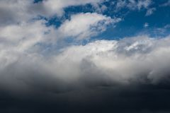Τα σκοτεινά σύννεφα καλύπτουν τον ουρανό στοκ φωτογραφία