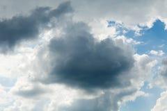 Τα σκοτεινά gres μαίνονται το βροχερό σύννεφο Δραματικός ουρανός, χνουδωτό σύννεφο Καιρός, σωρείτης στοκ εικόνες