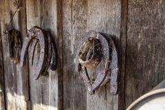 Τα σκουριασμένα πέταλα κρεμούν σε έναν ξύλινο τοίχο στοκ φωτογραφίες