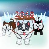 Τα σκυλιά στο λουρί φέρνουν ένα σημάδι το 2018 πέρα από το χιόνι Στοκ Εικόνα
