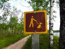 Τα σκυλιά πρέπει να κρατηθούν στο λουρί σε ένα ίχνος πεζοπορίας Στοκ Εικόνες