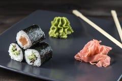 Τα σούσια έθεσαν με το wasabi και πάστωσαν την πιπερόριζα Στοκ φωτογραφία με δικαίωμα ελεύθερης χρήσης