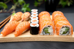 Τα σούσια θέτουν τα παραδοσιακά ιαπωνικά τρόφιμα Στοκ Φωτογραφίες