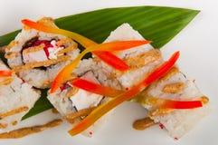 Τα σούσια κυλούν με τον τόνο, τυρί της Φιλαδέλφειας, πετώντας χαβιάρι ψαριών, πιπέρι κουδουνιών Στοκ Εικόνες