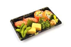 Τα σούσια σολομών και Καλιφόρνια Maki και το tamago Tamoko γεμίζουν με το μπιζέλι περιστεριών και τα πικάντικα τρόφιμα παράδοσης  Στοκ φωτογραφία με δικαίωμα ελεύθερης χρήσης