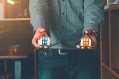 Τα σπίτια για την έννοια πώλησης, κτήμα Agen παρουσιάζουν πρότυπο σπιτιών στο custume στοκ εικόνες με δικαίωμα ελεύθερης χρήσης