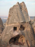 Τα σπίτια ενσωμάτωσαν τα βουνά του capadocia Στοκ Φωτογραφία