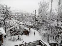 Τα σπίτια και τα δέντρα κάτω από το χιόνι Στοκ εικόνες με δικαίωμα ελεύθερης χρήσης