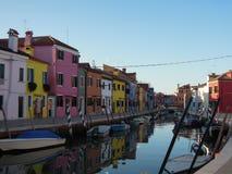 Τα σπίτια της Βενετίας Burano λιμνοθαλασσών χρωματίζουν τις βάρκες καναλιών στοκ εικόνες