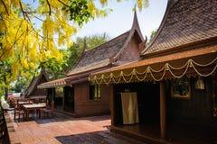 Τα σπίτια της Ταϊλάνδης έχτισαν του ξύλου τα δέντρα που φυτεύτηκαν γύρω από το σπίτι Στοκ Φωτογραφία