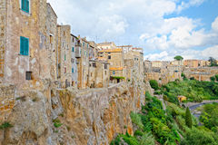 Τα σπίτια Pitigliano, Τοσκάνη, που σκαρφαλώνει στον απότομο βράχο της ηφαιστειακής τέφρας στοκ εικόνες