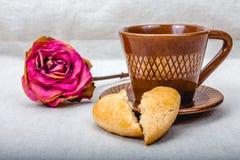 Τα σπασμένα μπισκότα καρδιών, φλιτζάνι του καφέ, ξηρό αυξήθηκαν Στοκ Εικόνες