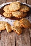 Τα σπιτικά αυστραλιανά μπισκότα ANZAC κλείνουν επάνω σε ένα πιάτο κάθετος Στοκ Εικόνες