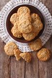 Τα σπιτικά αυστραλιανά μπισκότα ANZAC κλείνουν επάνω σε ένα πιάτο κάθετος Στοκ Φωτογραφίες