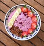 Τα σπιτικά κύπελλα φρούτων είναι αρκετά καθιερώνοντα τη μόδα Στοκ φωτογραφία με δικαίωμα ελεύθερης χρήσης