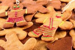 Τα σπιτικά μελοψώματα Χριστουγέννων και cingerbread επανδρώνουν, νέο υπόβαθρο έτους Χριστουγέννων Στοκ Φωτογραφία