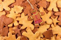 Τα σπιτικά μελοψώματα Χριστουγέννων και cingerbread επανδρώνουν, νέο υπόβαθρο έτους Χριστουγέννων Στοκ Εικόνες