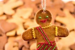 Τα σπιτικά μελοψώματα Χριστουγέννων και cingerbread επανδρώνουν, νέο υπόβαθρο έτους Χριστουγέννων Στοκ Φωτογραφίες