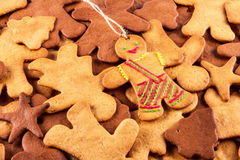 Τα σπιτικά μελοψώματα Χριστουγέννων και cingerbread επανδρώνουν, νέο υπόβαθρο έτους Χριστουγέννων Στοκ φωτογραφίες με δικαίωμα ελεύθερης χρήσης