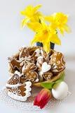 Τα σπιτικά περιφερειακά κέικ μελοψωμάτων στη λυγαριά τοποθετούνται με την τουλίπα και daffodils τα λουλούδια Στοκ Φωτογραφία